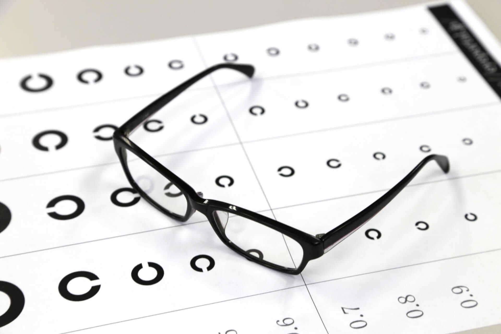 両目の働きのバランスを整えることを可能にする両眼視検査
